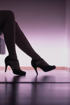 Drietal (24, 25 en 26) zet verliefd meisje aan het werk als prostituee