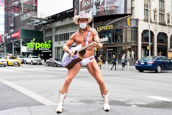 Naked Cowboy, Amerika's bekendste straatmuzikant, treedt de komende tijd met een mondkapje op.