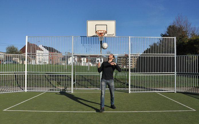 L'ancien joueur de futsal et actuel échevin des Sports de la Ville de Charleroi, Karim Chaïbaï (PS), profite déjà d'un des espaces multisports disponibles.