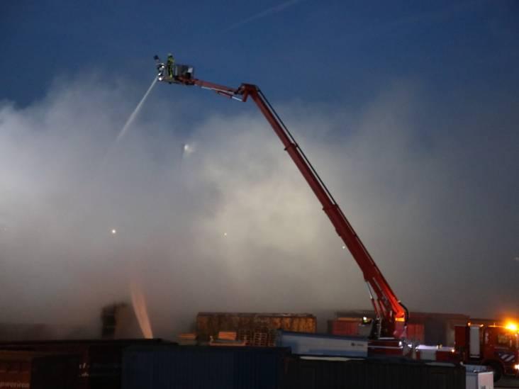 'Houd ramen en deuren vannacht gesloten', NL-alert afgegeven voor grote brand bij afvalrecyclingbedrijf Maton in Waalwijk