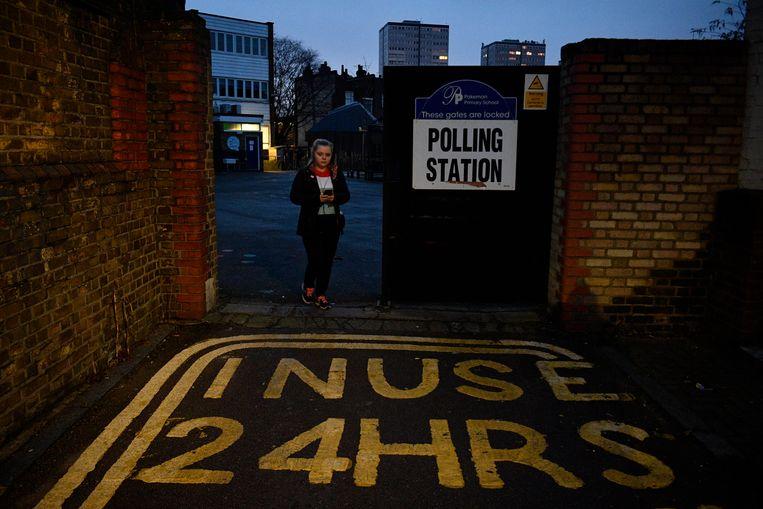 Een vrouw brengt haar stem uit in Londen. Beeld EPA