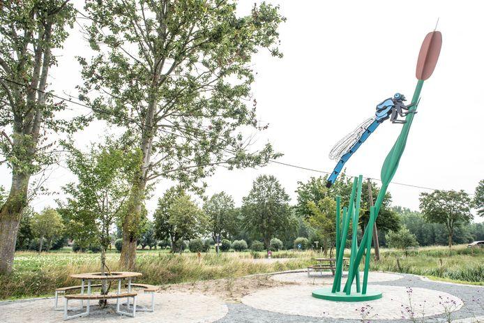 De libelle staat op het rustpunt Drie Scheppers nabij het kruispunt Hollebeekstraat en Matrouwsrtaat in Parike.
