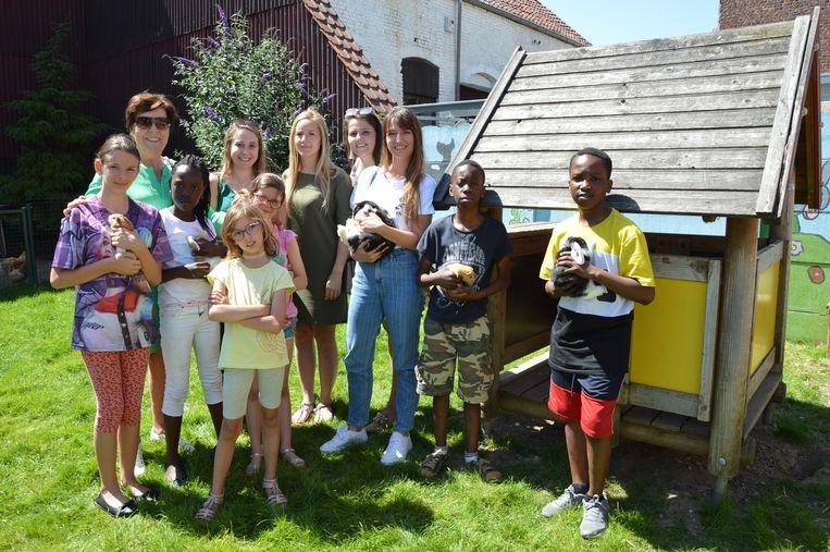 De kinderen van de 'dierenklas' van de Sint-Jorisschool stellen het vernieuwde dierenpark voor aan de steunende serviceclubs en sponsors.