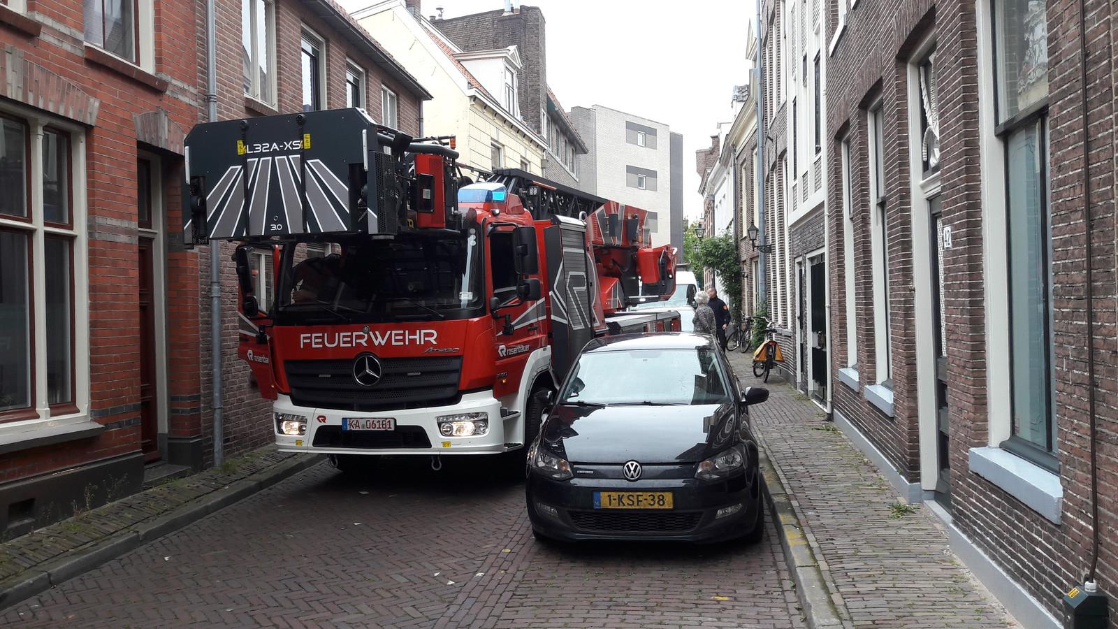 De Zwolse brandweer testte de nieuwe ladderwagen in de Walstraat.