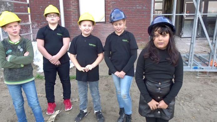 Het vlog-team, van links naar rechts: Joart (Eben Haëzerschool), Thijs (SBO De Veste), Tygo (CNS De Regenboog), Nikkie (OBS Ter Tolne) en Aimee (Eben Haëzerschool).