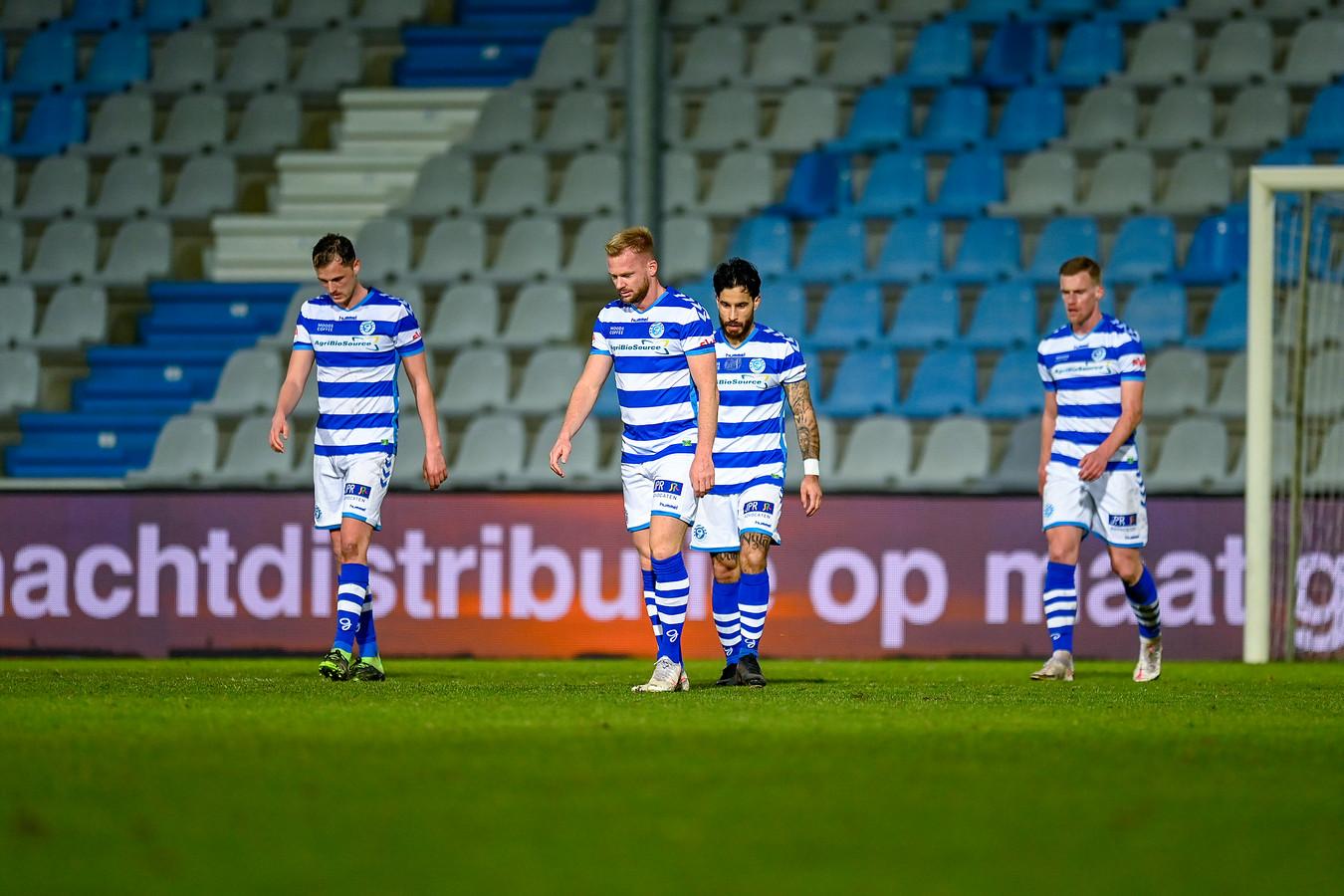 Teleurstelling bij De Graafschap-spelers Clint Leemans, Melvin Platje, Jordy Tutuarima en Toine van Huizen (vanaf links) na de 1-1 tegen Jong AZ.