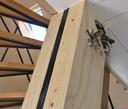 Een dragende pilaar in het woongedeelte waar vier in de fabriek gemaakte modules van het huis samenkomen. De pilaar is gemaakt van gelamineerd berkenhout.