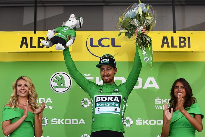 Peter Sagan wordt gehuldigd als drager van de groene trui na de tiende etappe. De Slowaak won ook al een etappe.