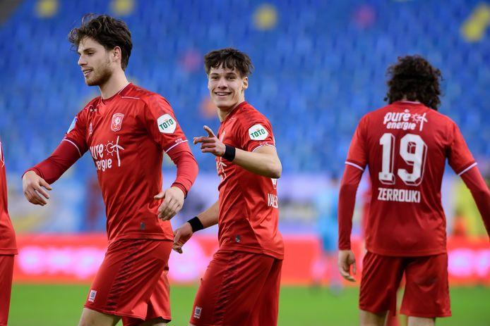 Thijs van Leeuwen  (midden) is één van de spelers die dit seizoen vanuit de jeugd doorkwam en voor FC Twente koos.