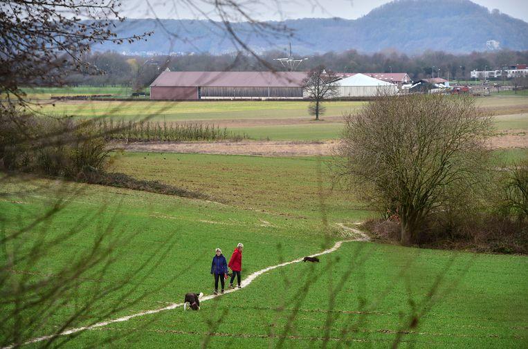 Wandelen in coronatijd, Zuid-Limburg. Beeld Marcel van den Bergh / de Volkskrant