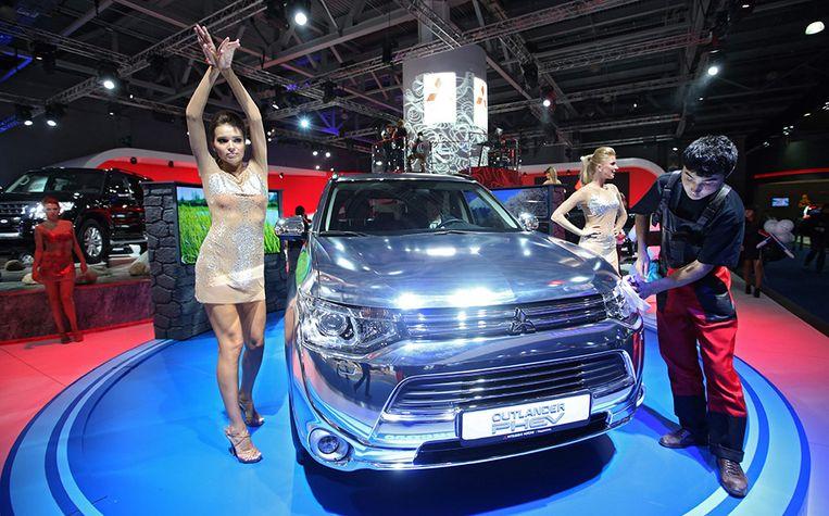 De presentatie van de vernieuwde Mitsubishi Outlander op een autobeurs in 2014. Beeld Epa