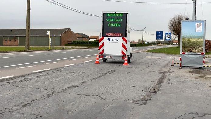 Het bord en de camera aan de grensovergang tussen Knokke en Sluis