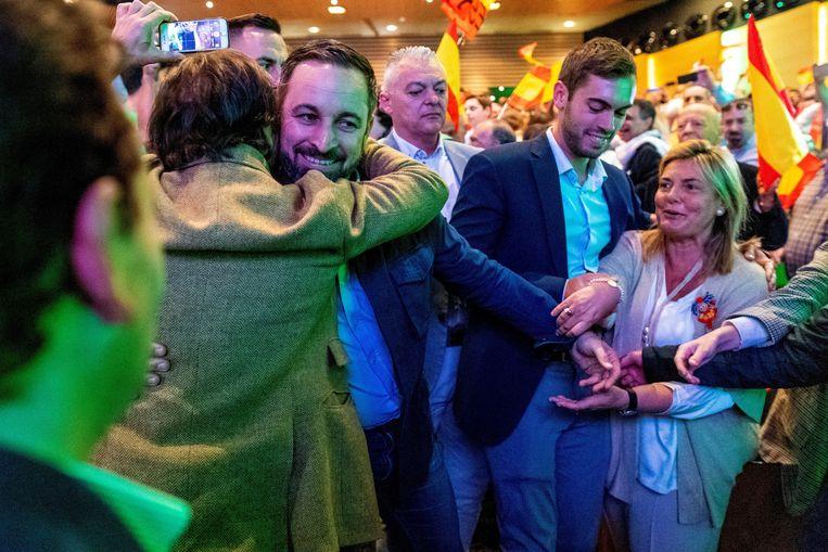 Vox-voorman Santiago Abascal groet zijn vele supporters vlak voor zijn toespraak in Toledo. Beeld EPA