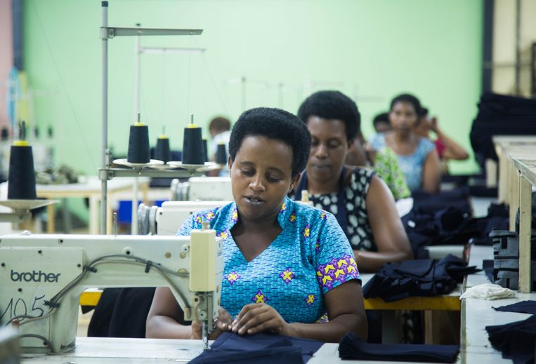 Naaisters van kledingproducent Utexrwa in Kigali. Het beestje vrijetijdskledij blijkt te duur voor veel Rwandezen. Beeld Nadège Karemera
