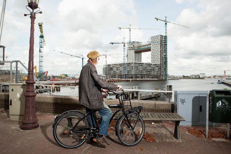 Uitzicht op het dure woongebouw Pontsteiger, door de buurt al omgedoopt tot 'het schijthuis' Beeld Niels Blekemolen