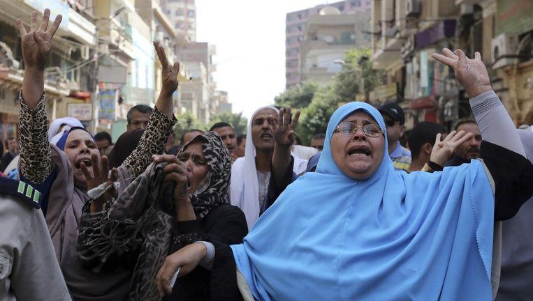 Familieleden van leden van de Moslim Broederschap protesteren tegen de veroordelingen door de rechter, 28 april 2014. Beeld reuters