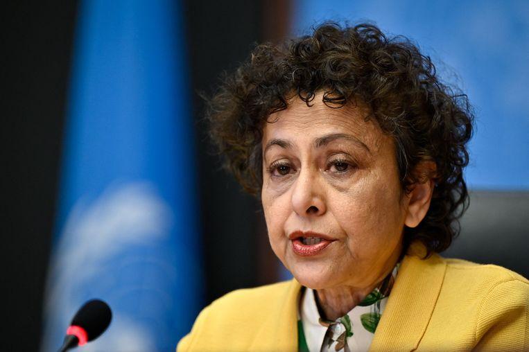 Speciaal rapporteur Irene Khan (vrije meningsuiting) licht de uitkomst van het VN-onderzoek toe tijdens een persconferentie in Genève. Beeld AFP