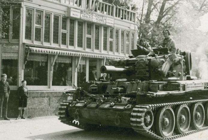 Een Canadese tank rijdt voorbij hotel Koenderink ('Meneer') in het centrum bij de bevrijding van Rijssen. Er zijn plannen voor een stripboek over Rijssen in de oorlog.