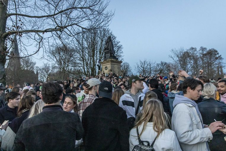 Drukte in het Vondelpark. Nog maar vier van de tien Nederlanders steunen het coronabeleid voluit. Beeld ANP
