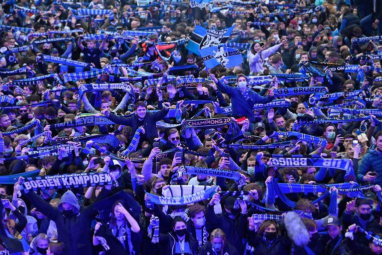 Supporters van Club Brugge vieren hun tweede titel op rij rond het Jan Breydelstadion. Beeld Photo News
