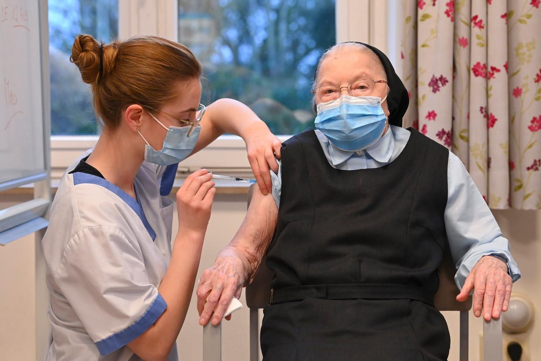 De eerste vaccinaties werden intussen toegediend, voornamelijk in woon-zorgcentra.  Beeld Photo News