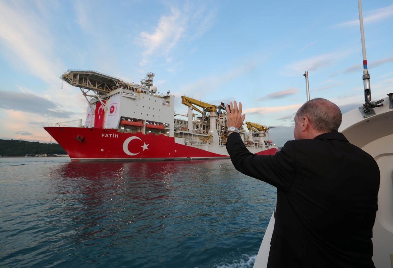 De Turkse president Tayyip Erdogan wuift de Fatih uit in de haven van Istanbul. Beeld REUTERS