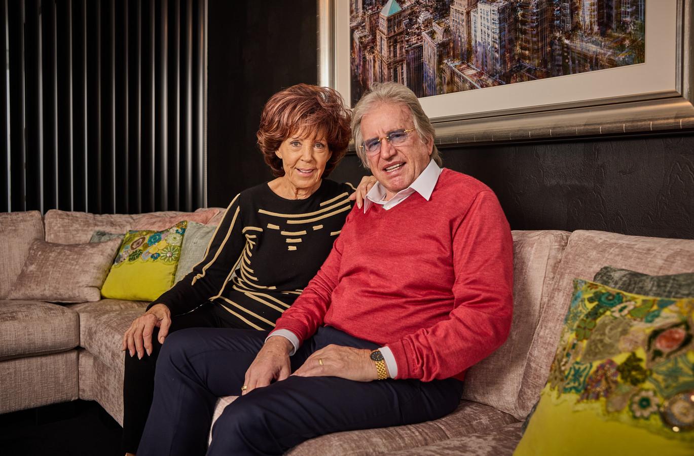 Lee Towers thuis in Scheveningen met zijn vrouw Laura.