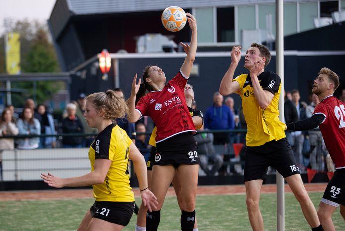 Pia Donkers van DSC (met nummer 22) verovert de bal.