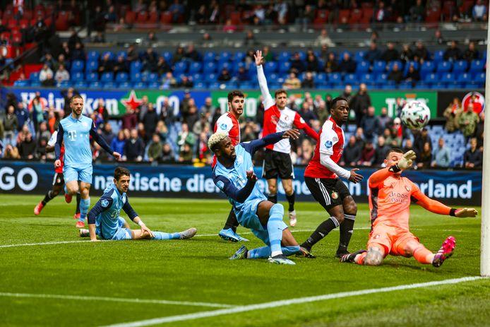 Feyenoord-keeper Justin Bijlow (r) voorkomt de 1-1 van Gyrano Kerk (l) van FC Utrecht, afgelopen zondag tijdens de finale van de play-offs in de Kuip.