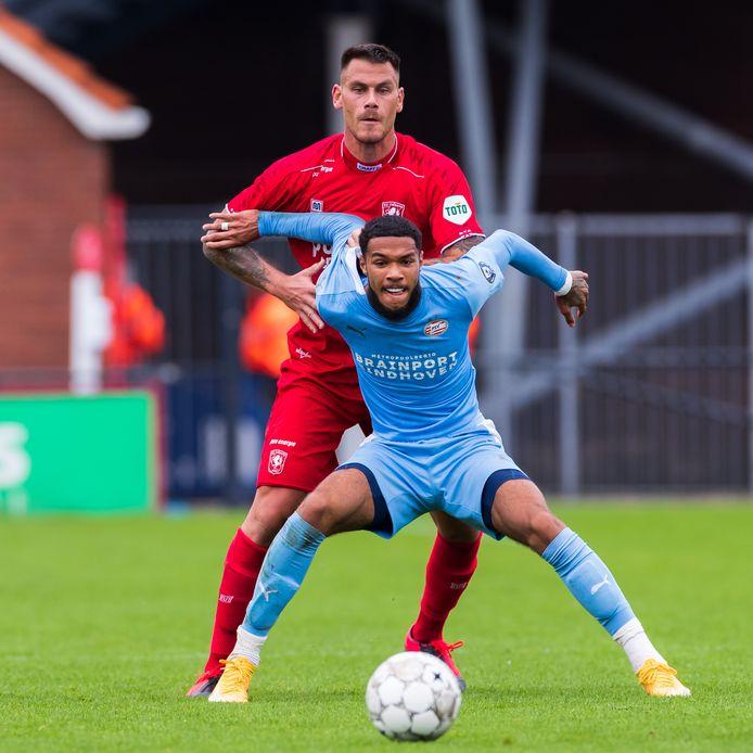 Djenairo Daniels in duel met FC Twente-verdediger Dumic in een oefenduel.