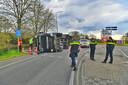 Vrachtwagen vol tabak gekanteld in Valkenswaard, N69 dicht