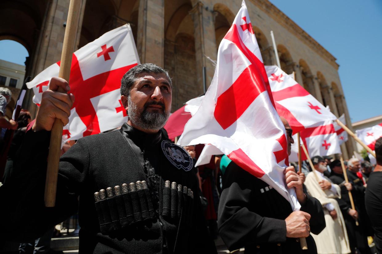 Georgiërs tijdens een demonstratie tegen homoseksualiteit, op 5 juli in de hoofdstad Tbilisi.  Beeld EPA
