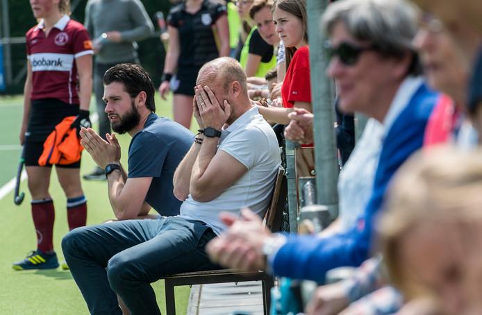 Union-coach Jouk Nijenhuis tijdens het gelijke spel in de competitie tegen HBS, waardoor Union nu in de play-offs promotie naar de promotieklasse moet afdwingen. Archiefbeeld.