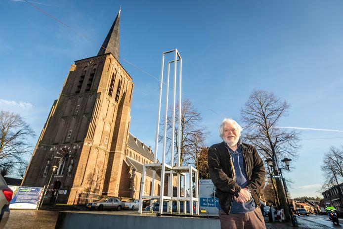 Thijs van Kimmenade bij zijn kunstwerk in Bakel.