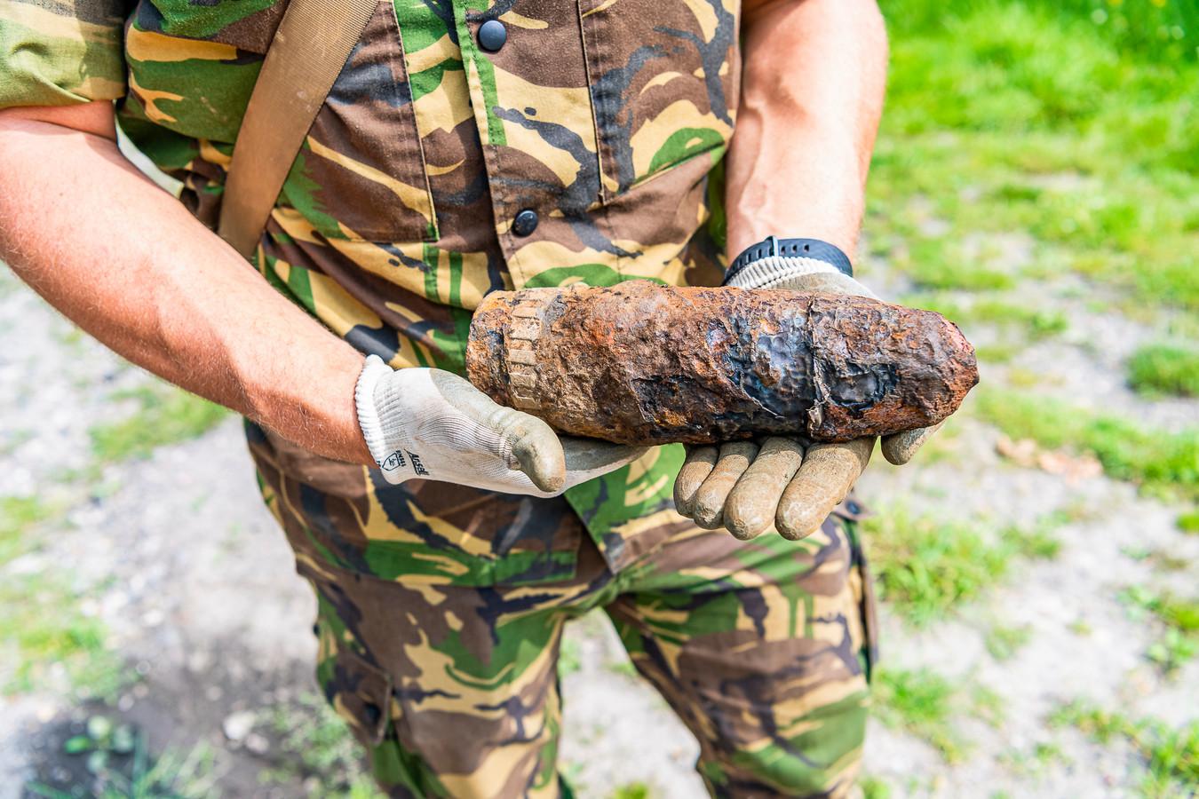 Een magneetvisser heeft woensdag een granaat opgevist in het Wilhelminakanaal in Tilburg.