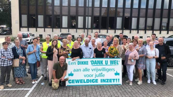 Vrijwilligers vaccinatiecentrum in bloemetjes gezet