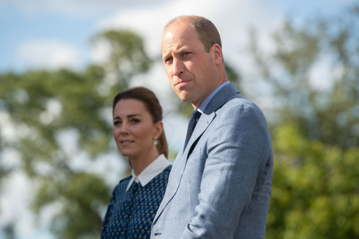NORFOLK, UNITED KINGDOM - JULY 05: Catherine, Duchess of Cambridge and Prince William, Duke of Cambridge visit to Queen Elizabeth Hospital in King's Lynn as part of the NHS birthday celebrations on July 5, 2020 in Norfolk, England. Sunday marks the 72nd anniversary of the formation of the National Health Service (NHS). The UK has hailed its NHS for the work they have done during the Covid-19 pandemic. (Photo by Joe Giddens - WPA Pool/Getty Images) Beeld Getty Images
