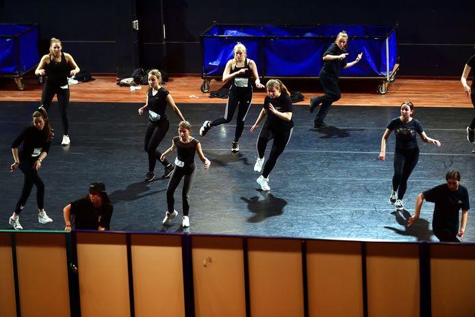 Auditie MBO Dans in De Kring. Goed kijken naar jezelf in de spiegelwand.