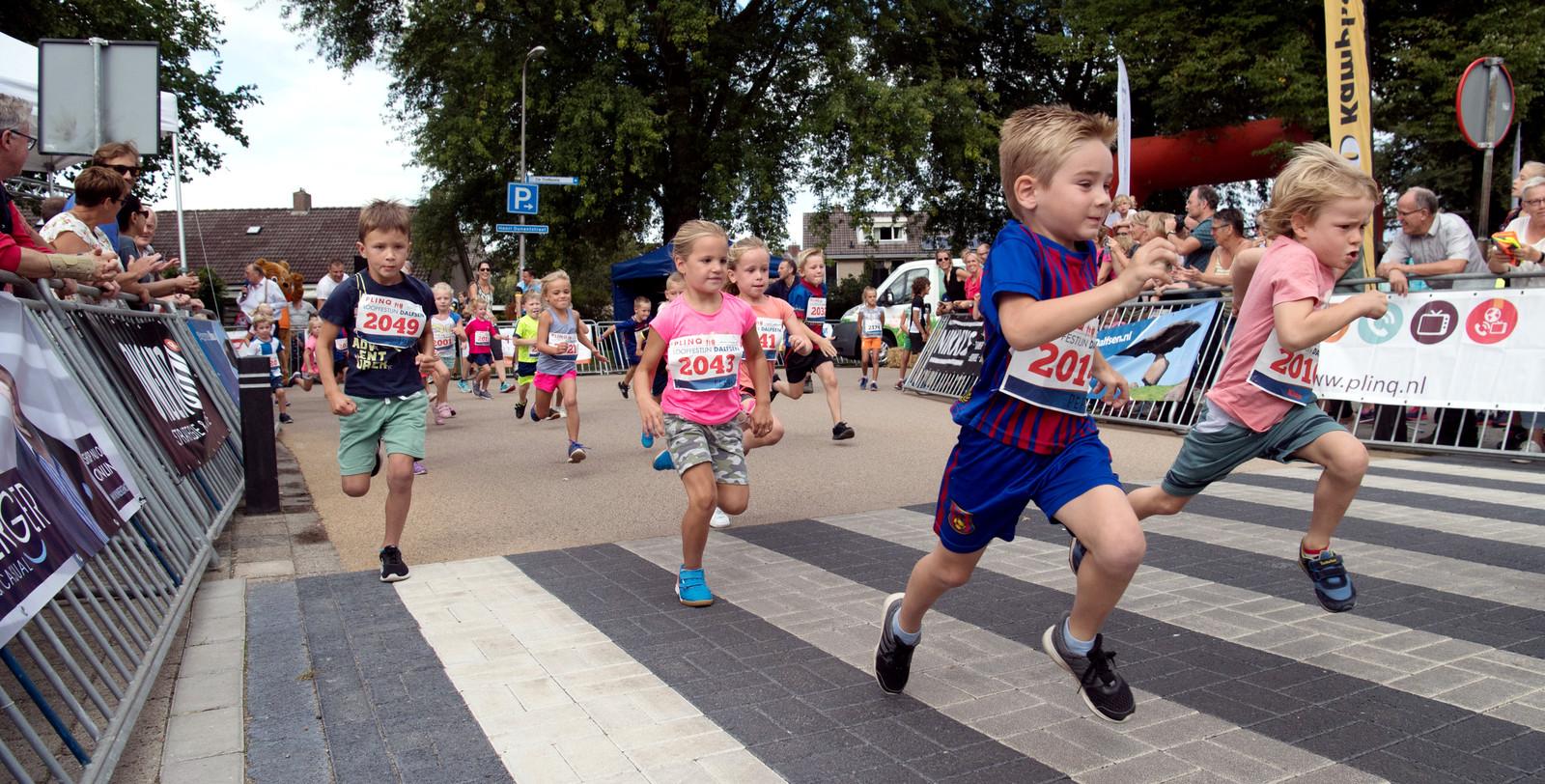 Kinderen spurten naar de finish tijdens het Plinq Loopfestijn Dalfsen in 2018.