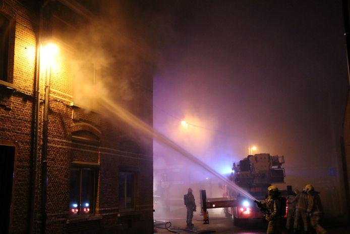 De woning liep zware schade op door de brand, een hond overleefde het vuur niet.