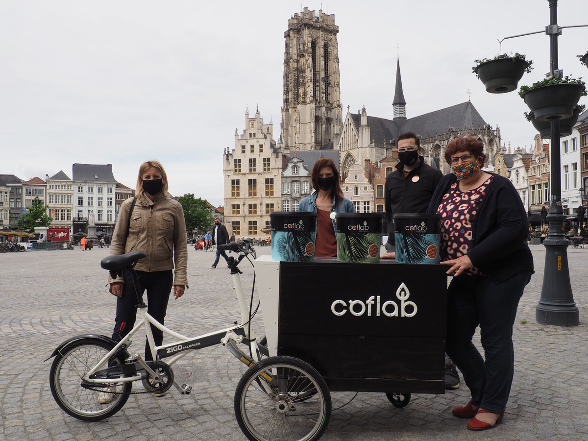 Schepen Greet Geypen, Berit Van den Bussche en Stefan Van Ouytsel van Citamine en schepen Marina De Bie bij het ophalen van emmers koffiedrab van het stadhuis.