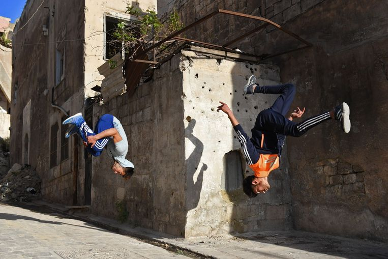 Syrian youths practice parkour in Aleppo, northern Syria, on April 7, 2018. The government retook full control of Aleppo from rebel-fighters in December 2016. / AFP PHOTO / George OURFALIAN Beeld AFP