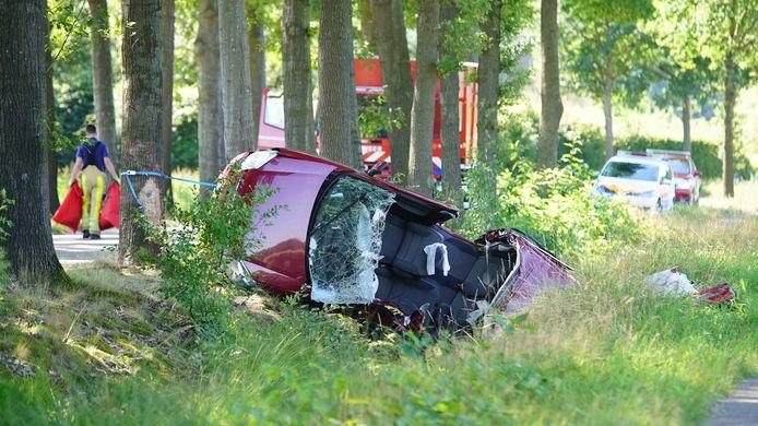 De bestuurder van de auto raakte bekneld en moest door de brandweer worden gered.