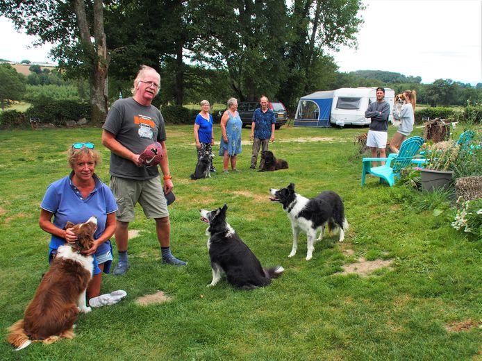 Rosalinda en Erik Jansen met hun drie border collies en op de achtergrond enkele campinggasten met hun eigen viervoeters.