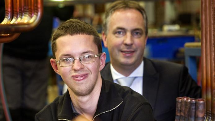 Metaalbewerker Ruud Tholen met mede-oprichter Lars van der Hoorn van Brainport Assembly, dat de komende drie jaar tweehonderd kwetsbare mensen aan werk helpt, met subsidie.
