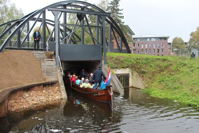 De 'buren' varen door de nieuwe sluis het nieuwe vaarwater tegemoet, voor hun appartementen langs.
