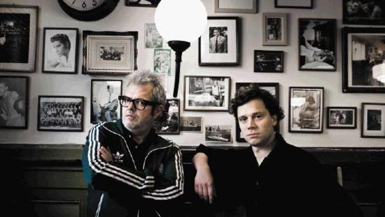 Schrijvers Wim de Jong (links) en Christian Knijff bij de New York Barbershop op de Kop van Zuid in Rotterdam. (ROGER DOHMEN) Beeld