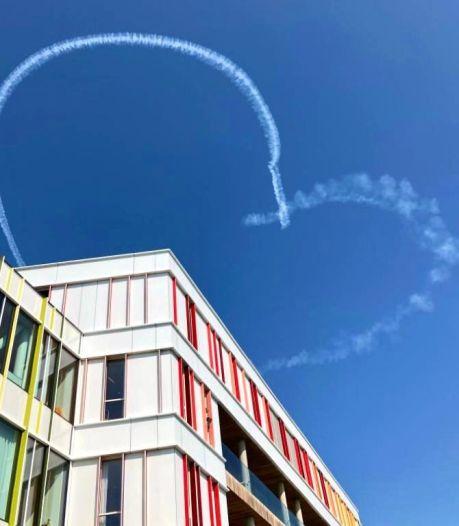 Hartverwarmend! Stuntpiloot maakt hartjes in de lucht voor zieke kinderen in Prinses Maxima Centrum