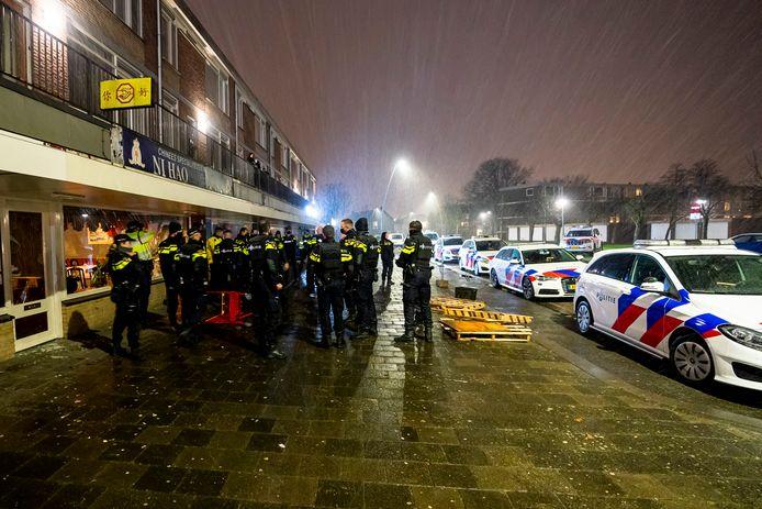 Veel politie op de been in de Loevensteinstraat in Oosterhout.