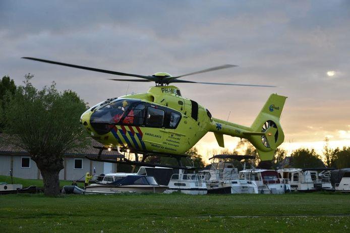 Een traumahelikopter landde in Zwartsluis om hulp te verlenen.